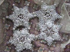 Hvězdičky bílo-stříbrné... Drátkovaná hvězdička 8 cm (od špičky s korálkem ke špičce) - bohatě zdobena českými skleněnými korálkami, lesklými, průhlednými - krásně ozdobí Váš věneček nebo vánoční stromeček :) - hvězdičky jsou k mání i v jiných barvičkách nebo na přání, po domluvě (lze i větší) - každá je originál a tedy malinko jiná   ...
