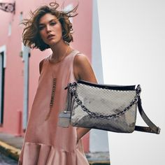 A Flora é a bolsa perfeita para o seu fim de semana! Venha conhecer nossas opções de cores e leve a sua  Funcionamos de SEG a SEX de 10h as 18h!  #BH Rua Ceará 1332  #SP Rua Oscar Freire 677  Compre pelo Whatsapp: (31) 99837-9999 | (11) 97481-8010  #bolsadecouro #itbags #bolsadodia #fashiongirls #lookdodia #bolsas #streetstyle #itgirlsbr #bolsas #fashionlook #bolsapravidatoda