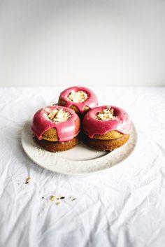 earl grey doughnuts with pomegranate glaze Doughnut Stand, Doughnut Cake, Doughnut Shop, Beignets, Donut Recipes, Baking Recipes, Just Desserts, Dessert Recipes, Baked Doughnuts