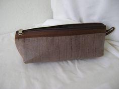 Nécessaire feita em tecido dublado e forrada com nylon.   Mede aproximadamente 20cm de largura, 8cm de altura e 5cm de profundidade. R$ 18,00