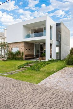 Here you will find photos of interior design ideas. Minimalist House Design, Minimal Home, Story House, Old Bricks, Exposed Concrete, Modern Architecture, Interior And Exterior, House Plans, Home And Family