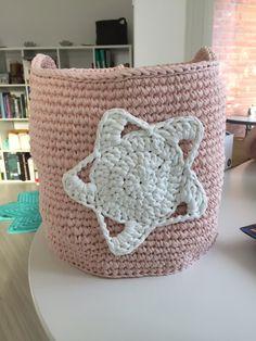 Gratis oppskrift på heklet, høy kurv med stoffgarn - Ritohobby.no Textiles, Chunky Crochet, Diy And Crafts, Drops Design, Throw Pillows, Blanket, Decor, Products, Toss Pillows