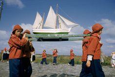 Estate sul lago Fotografia di James L. Amos, National Geographic   I ragazzi di un campeggio estivo trasportano una barchetta sul lago Saran...