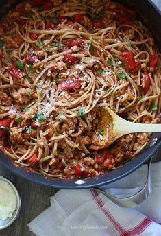 Spicy Whole Wheat Linguini with Sausage and Roasted Peppers – A hearty, delicious pasta dish – ready in 30 minute — perfect for a fall dinner! Pastas Recipes, Ww Recipes, Italian Recipes, Dinner Recipes, Cooking Recipes, Healthy Recipes, Skinnytaste Recipes, Advocare Recipes, Spicy Italian Recipe