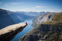 El mirador de Trolltunga es uno de los más increíbles del mundo, suspendido a 700 metros de altura y rodeado del paisaje montañoso noruego.