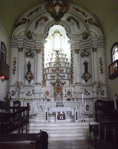 Interior da igreja de Nossa Senhora da Graça, em São Francisco do Sul, a cidade mais antiga de Santa Catarina, Brasil. As paredes têm mais de um metro de espessura. Foram levantadas com barro, pedras, óleo de baleia, calcário e conchas.  Fotografia: Rafael Iluminado/UOL.