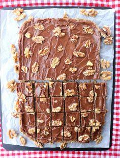 Sukkerfri valnøttkake med sjokoladefyll - LINDASTUHAUG Food And Drink, Sweets, Keto, Baking, Desserts, Cakes, Caramel, Vegans, Tailgate Desserts