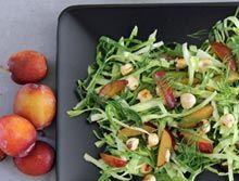 Spidskål m. blomme, æbledressing og stegte hasselnødder