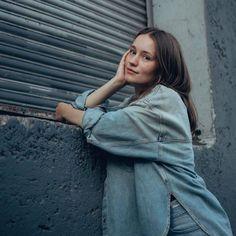 Sigrid fotografada ontem por DEANIE CHEN em Los Angeles. Alesund, Sneakers Fashion Outfits, Denim Outfit, Debut Album, Pretty Woman, Chen, Raincoat, Normcore, Celebrities