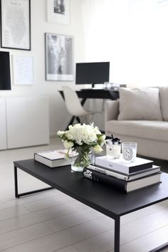 How to: Coffee Table Books und Styling-Tipps für Couchtische – Coffee Table – I… How to: Coffee Table Books and Styling Tips for Coffee Tables – Coffee Table – Ideas of Coffee Table – How to: Coffee Table Books and Styling Tips for Coffee Tables Black Coffee Tables, Cool Coffee Tables, Coffe Table, Coffee Table Design, Black Table, Simple Coffee Table, How To Style Coffee Table, How To Decorate Coffee Table, Coffee Table Flowers