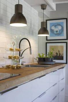 HVIT OG STRAM: Kjøkkenet har fått ekstra personlighet med en benkeplate av eik fra Alaska.