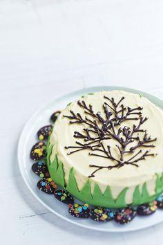 Pääsiäiskakku koristellaan suklaapajunkissoilla. Täytteessä valkosuklaa saa seurakseen raikasta sitruunatahnaa.