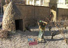 """Guardaviñas: """"Construcción tradicional de planta circular utilizada como refugio de los agricultores y sus animales de labor. Se pueden encontrar en buena parte de nuestra geografía."""" Belén Monumental situado en la Plaza del Ayuntamiento de Logroño que expone réplicas en miniatura de los lugares más emblemáticos de La Rioja.  http://blog.portaljardin.com/2014/12/por-navidad-se-armo-el-belen.html"""