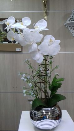 Arranjo de orquídeas artificiais de silicone com vime. Orchid Flower Arrangements, Flower Vases, Home Flowers, Table Flowers, Orchid Terrarium, Artificial Orchids, Decorated Flower Pots, House Plants Decor, Diy Wedding Flowers