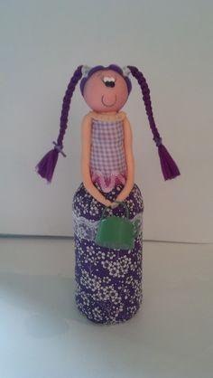 Boneca feita na garrafa de tecido e biscuit; <br>Medidas: A:23 L: 8.