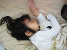 お気に入りのぬいるぐみを抱っこしてお昼寝zzz 髪がすごいことに・・・(笑)