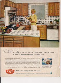 Doris Day in her 1966 Malibu kitchen Mid Century Modern Kitchen, Mid Century Modern Design, Malibu Beach House, Retro Interior Design, Beach House Kitchens, Kitchen Dining Sets, Vintage Appliances, Retro Home Decor, 1960s Decor