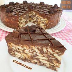 Hayırlı akşamlar Sayfamda eski paylasımlarıma bakarken, çok beğenilen çok denenen bu tarifim gözüme çarptı Cikolatalı mozaik pasta..Sayfama yeni gelenler için tekrar paylaşıyorum. Klasik mozaik tariflerinden farklı, bisküvili pastayla kardeş ☺Denemeye değer ___________________________________________________ Cikolatali #mozaik pasta Tarifi : 1,5 lt sut, 1 ,5 su bardagi seker, 1.5 su bardagi un, 1 pkt kakao, 1 pkt cikolata(bitter), 3 pkt petibor biskuvi Puding malzemeleri( cikolat...