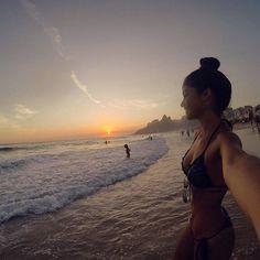 Felicidade é um fim de tarde olhando o mar ....
