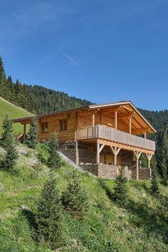 In idyllischer Lage in Wagrain im Salzburger Land, Österreich, können Sie und Ihre Gäste den Bergblick und die traumhafte Landschaft genießen. Style At Home, Cabin, House Styles, Home Decor, Patio, Farm Cottage, Real Estates, Landscape, Homes