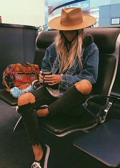 this outfit looks comfy, cute, and functional- is there a better outfit choice? Outfits With Hats, Mode Outfits, Casual Outfits, Fashion Outfits, Womens Fashion, Band Tee Outfits, Fall Winter Outfits, Autumn Winter Fashion, Summer Outfits