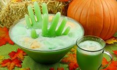 How to make frozen punch hands that stay standing upright and don& float or move around in your bowl Halloween Punch, Halloween Cocktails, Halloween Goodies, Halloween Items, Halloween Food For Party, Holidays Halloween, Halloween Treats, Halloween Dinner, Halloween Decorations