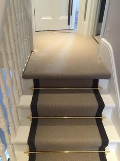 hallway flooring Grey Carpet with Black Border and Golden Stair Rods to Stairs Decoration Hall, Decoration Entree, Entrance Hall Decor, Hallway Carpet, Hallway Flooring, Carpet Runner On Stairs, Staircase With Runner, Stair Runner Rods, Striped Carpet Stairs