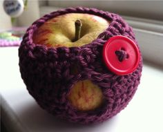 A few more apple covers for gifts *chuckle* - pattern from Molly Makes magazine issue 1 Cute Crochet, Knit Crochet, Mollie Makes, Needle And Thread, Fun Crafts, Crochet Earrings, Crochet Patterns, Goodies, Weaving
