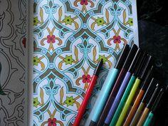 """Uma página do livro """"Arte-Terapia Anti-Stress"""" pintada pela autora do blogue """"As Leitura de Fernanda""""."""