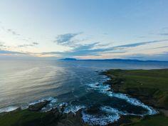 Cap sur le comté de Sligo et les magnifiques paysages de Mullaghmore, en Irlande...   #ireland #alainntours #irlande #voyage #mullaghmore #sligo #ocean #coast Connemara, Nature Sauvage, Site Archéologique, Plein Air, Ireland, Routes, Paradis, Mountains, Water