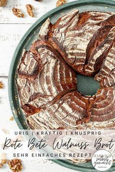 Rezept für ein kräftiges, uriges und sehr geschmackvolles Rote Bete Brot mit Walnüssen. Das Brot wird als Ring gebacken, wodurch es eine große Oberfläche und damit viel knusprige Kruste bekommt. Durch die Rote Bete bekommt das Brot eine tolle, dunkle Farbe und einen kräftigen Geschmack. Es wird nur sehr wenig Hefe verwendet (1 Gramm), das Brot dafür fast 24 Stunden gehen gelassen. Dadurch bekommt es einen noch besseren, komplexeren Geschmack und eine höhere Bekömmlichkeit.