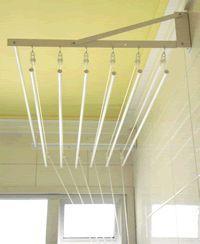 Fixado apenas em uma única parede sendo muito utilizado para quem tem forro falso, teto de gesso, telhado entre outros.   Todo em alumínio Anodizado ou com pintura eletrostática branca ou em cores.   Roldanas em nylon, corda de polipropileno de 2,5mm, argolas em inox.