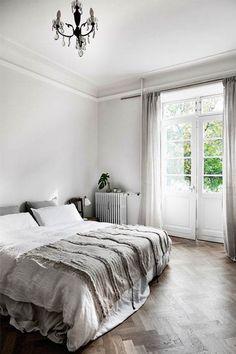 En hollandsk familie med forkærlighed for fransk vintage flyttede til København for at opfylde drømmen om et liv i byen, tæt på naturen. Nu bor de i en smuk højloftet lejlighed, hvor der er plads til både børn og kreative udfoldelser.
