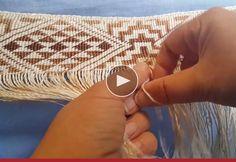 Tissage maori en vidéo Flax Weaving, Basket Weaving, Tablet Weaving Patterns, Maori Patterns, Hawaiian Crafts, Finger Weaving, Maori Designs, Maori Art, Art Textile