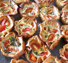 המאפים הקטנים והטעימים הללו קלים להכנה ונראים נהדר. תחתיות פילו במילוי עשיר טעמים, צבעוני ומוצלח במיוחד המשלב שמנת, גבינת פרומעז, עגבניות שרי ועירית.