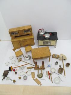 MES-42484 Alte Holz Puppenstuben-Küchenmöbel und Zubehör,H:Schrank ca.22cm,