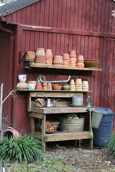 Potting Bench Ideas - Want to know how to build a potting bench? Our potting bench plan will give you a functional, beautiful garden potting bench in no time! Potting Station, Le Hangar, Jardin Decor, Pot Storage, Garden Pots, Garden Benches, Garden Sheds, Garden Junk, Veg Garden