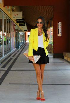Chic en amarillo