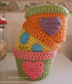 Crocheted flower pot covers.  Blog in Portuguese, no instructions.