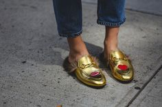 The coolest looks from the hot streets of NYFW. Denim Shoes, Sock Shoes, Shoe Boots, Nyfw Street Style, Cool Street Fashion, Zapatos Shoes, New York Street, Mode Style, Me Too Shoes