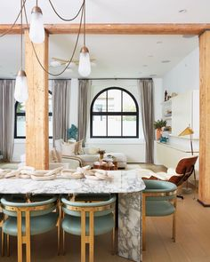 white dining room with marble table / design marina hanisch / photo by lindsay brown Custom Bookshelves, Brown Wallpaper, Up House, Loft Design, Carrara, Kitchen Decor, Decorating Kitchen, Decorating Ideas, Beautiful Homes