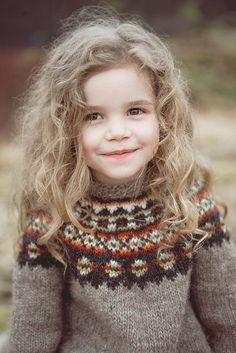 Pull jacquard pour enfants Beautiful child in a gorgeous hand knit sweater. I think that's a Lopi Yoke, but I'm not sure