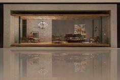 Pavilhão de entrada - Otto Felix - O arquiteto desenhou dois planos sobrepostos, formados por um parquet no piso e o teto em escama de peixe. O conceito remete ao modernismo dos anos 1950 e traz a pureza das formas acentuada pelos panos de vidro laterais. Na mobília, apenas o essencial, contracenando com a seleção apurada de objetos e obras de arte.