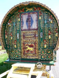 Horse on the door. Much of the wealth of the vardo was displayed in the carvings and paintings that depicted aspects of the Romani lifestyle.  Popular decoration included horses, birds, lions, griffins, floral designs, and scrolled vines.