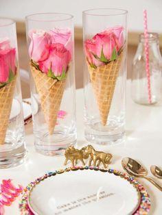 drei Gläser voller rosa Rosen in Eiswaffeln, Tischdeko Kommunion selber machen