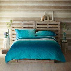 idées pour faire soi-même sa tête de lit DIY avec des palettes cadre de lit en bois diy table de nuit rondin sur caisse de vin chambre en bois