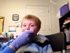 Masaje en las encías para estimulación oral. Fantástica manera de proveer estímulo táctil en todas las áreas de la boca. Recomendado tanto para los híper como para los hiposensibles orales.