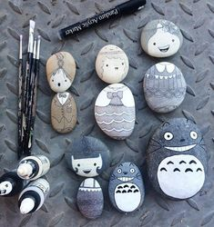 Either it's Totoro or some cartoon-ish portraits,these are really adorable rock paintings worthy of their own exhibit. Totoro, Rock Painting Supplies, Rock Painting Designs, Stone Crafts, Rock Crafts, Stone Painting, Diy Painting, Jouer Au Poker, Christmas Rock