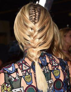 Trenza de Diane Kruger:  ¿Te atreves a probarlo en casa? Retira la parte frontal del cabello y trenza del revés la parte centrada posterior. Después, simplemente trenza los mechones delanteros sobre la trenza central dejando cierta soltura para aportar movimiento.
