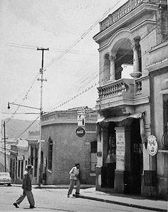 Será esta la casa de dos pisos  con el balconcito¿? Imagen de Alfredo Cortina Esquinas de Caracas años 50  CARACAS EN RETROSPECTIVA
